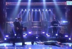 Ünlü şarkıcı canlı yayında yere düştü