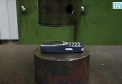 Efsane telefon, tonlarca ağırlığın altında...