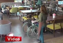 Engelli çocuğa kötü davranan garsona sert tepki