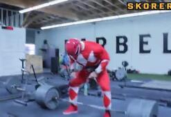 Kırmızı Power Ranger 306 kilo kaldırdı