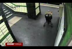 Bebek arabası metro raylarına düştü