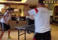 Mesut ve Podolski masa tenisinde kapıştı