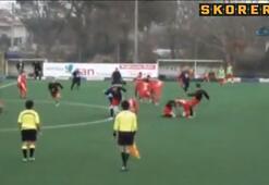 Futbol maçında tekmeler havada uçuştu