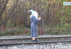 Trenin karşısına çıktı ve...