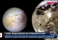 Uzay boşluğuna su püskürtüyor