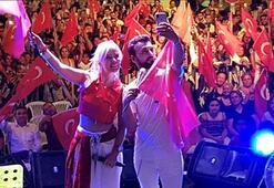 Sahneden selfie yaptılar