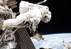 Uzay istasyonundaki oksijen sızıntısına parmak ve bantla müdahale etti
