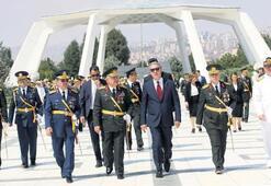 Bakan ve komutanlar Devlet Mezarlığı'nda