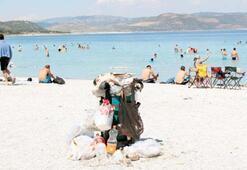 Salda Gölü'nde çöp yığını