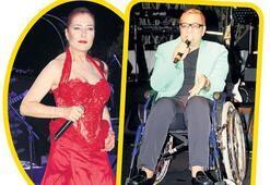 Sahneye tekerlekli sandalyeyle çıktı