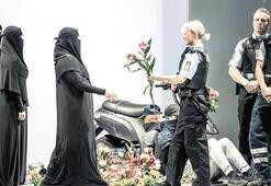 Burkalı defileyle yasağı protesto