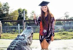 Timsahla mezuniyet fotoğrafı