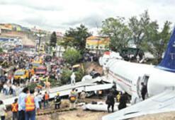 Uçak anayola girip taksiye çarptı