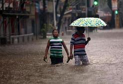 Hindistandaki yağışlarda hayatını kaybedenlerin sayısı 64e yükseldi