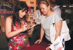 Nilüfer albümünü imzaladı