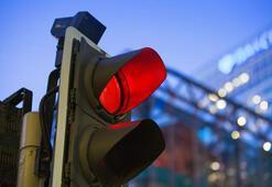 Kırmızı ışıkta geçen sürücü manevi tazminat ödeyecek