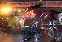 Unkapanı Köprüsünün altına sıkışan TIR hasara neden oldu
