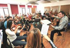 Film müzikleri çalan orkestra