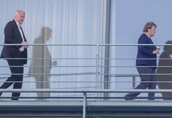Son dakika... Almanyada istifa depremi Merkel sarsılıyor