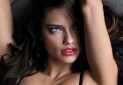 Adriana Lima; makyajsız ve iç çamaşırlı…
