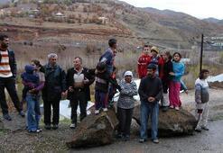 Tunceli'de dağdan kopan dev kayalar köylülere korkulu anlar yaşattı