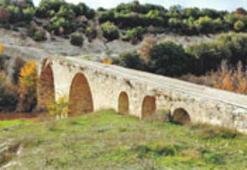 700 yıllık köprüde kaçak kazı talanı