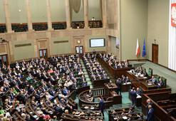 Polonya tartışmalı Holokost yasasını değiştirdi