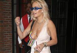 Rita Ora sütyensiz modasına uydu