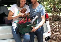 Adriana Lima ve Metin Hara meyve topladı