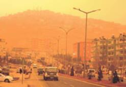 Toz fırtınası Güneydoğu'yu sarıya boyadı