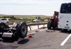 Ankarada turistleri taşıyan midibüs, traktörle çarpıştı