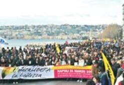 Napoli'de binlerce kişi mafyaya karşı yürüdü