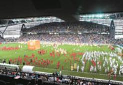 Arena, Hakan Şükür'lü,  Hasan Şaş'lı maçla açıldı