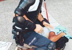 Polisten iki farklı tavır