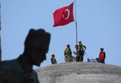 Taksim Camiine Türk Bayrağı asıldı
