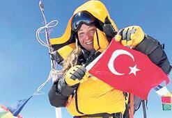 Dağcı Gülnur Tumbat Everest'in zirvesinde