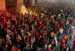 Galatasaray taraftarı Taksimde şampiyonluğu kutladı