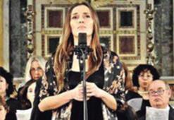 Papa'nın albümünde Türk şarkıcı Yasemin