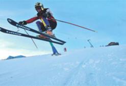 Palandöken'in kartalı kayak turistini oyunla çekecek