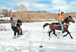 Kar üzerinde atlı kayak