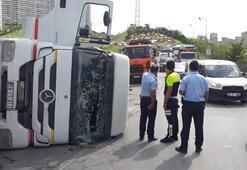 Hafriyat kamyonu devrildi; Trafik felç oldu