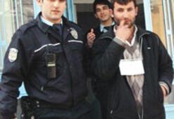 Dili polisi görünce çözüldü