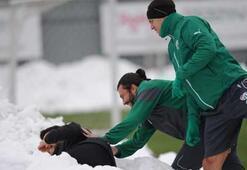 Bursasporlu oyuncular kar topu oynadı