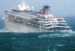 Dalga gemiye çarptı: 2 ölü