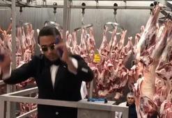 Sosyete kasabı Nusret, etlerin arasında koro yönetti