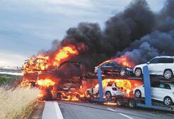 TIR, üzerindeki 5 otomobille yandı