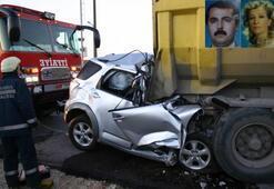 Emniyet şeridindeki kamyona çarptı: 2 ölü