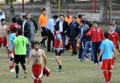 Futbolcular hakeme saldırdı