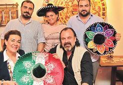 Meksikalı anne-gelin lokantanın mutfağında