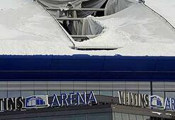 Kar yağışı stadın çatısını deldi